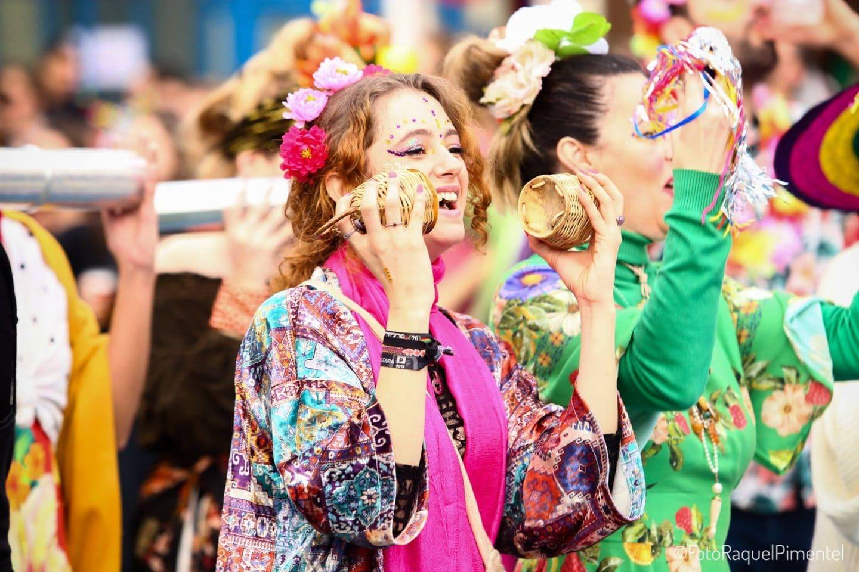 mulher a tocar música no bloco de carnaval colombina clandestina em Lisboa