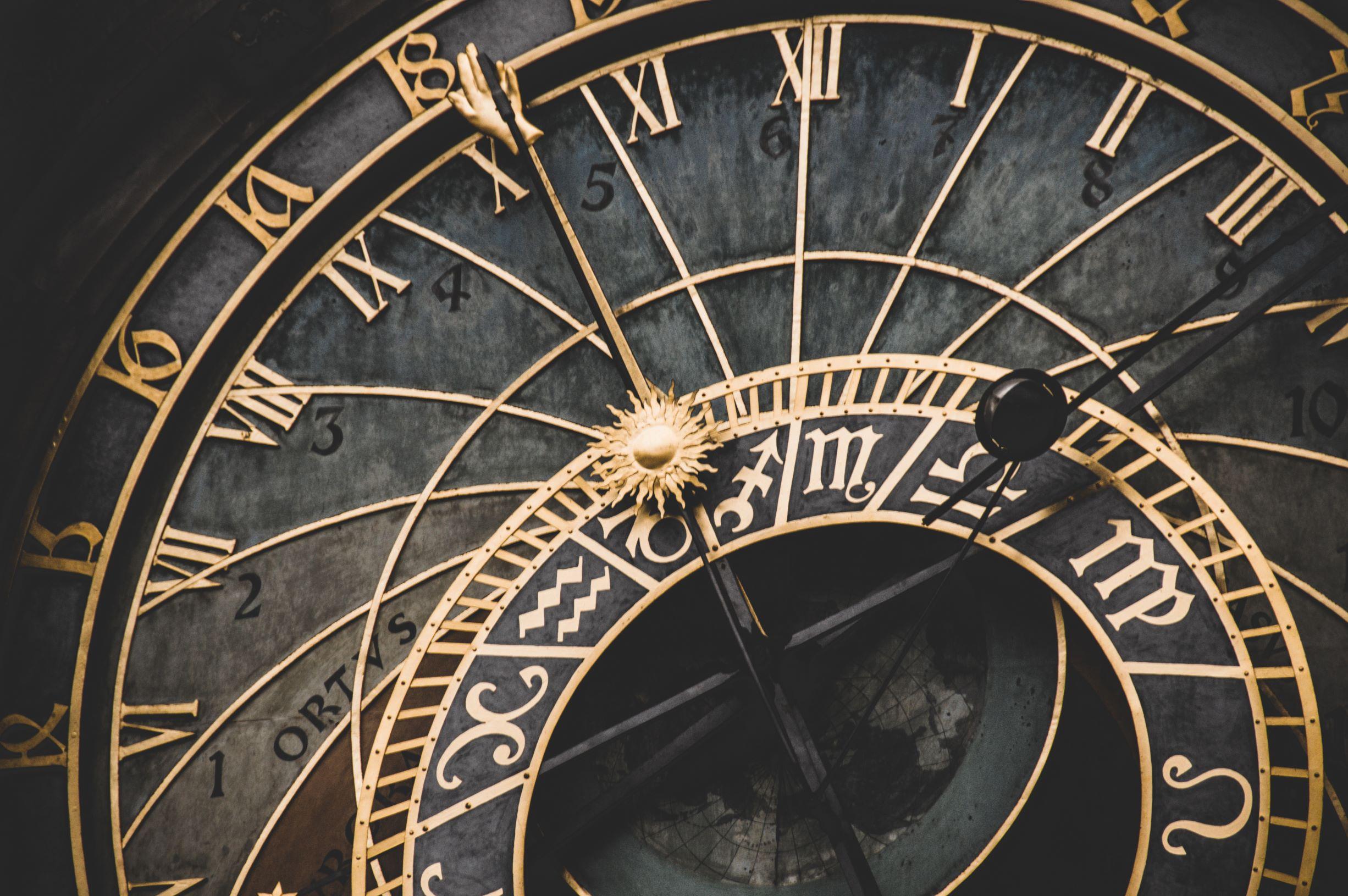A hora muda este fim de semana (mas o acertar dos relógios pode ter os dias contados)