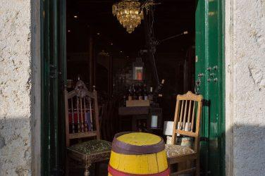 duas cadeiras e um barril à entrada do restaurante Canto Saudade