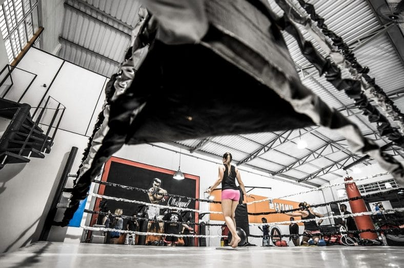 mulher num ringue de boxe