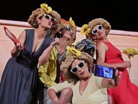quatro mulheres a tirarem uma selfie performance festival muscarium