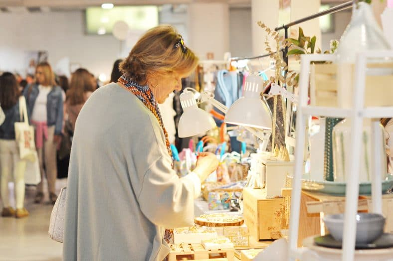 Mulher às compras no Hype Market em Alvalade