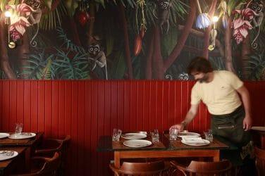 empregado de mesa no restaurante Geographia, com visitas ao Museu Nacional de Arte Antiga