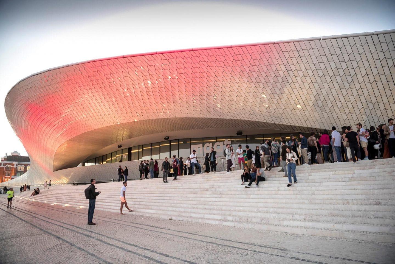 frente do edifícioMAAT –Museu de Arte, Arquitetura e Tecnologia
