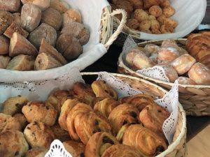 Grande variedade de pães, croissants e pastelaria variada