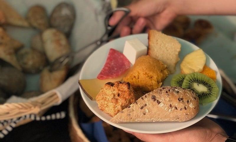 homem escolhe comida no brunch do Boteco Dona Luzia