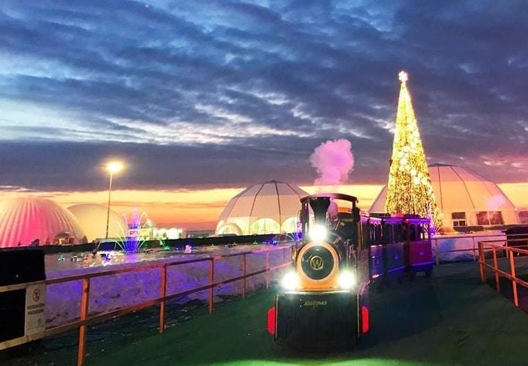 árvore e comboio na capital do natal