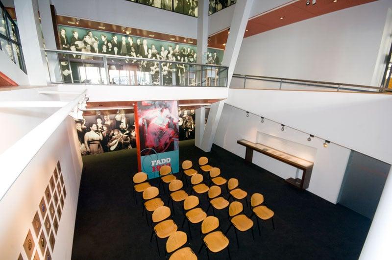 pequena sala no Museu do Fado, em Alfama, Lisboa