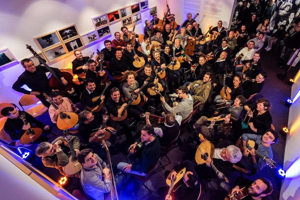 grupo de músicos de guitarra portuguesa no Museu do Fado, em Alfama, Lisboa