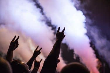 grupo de pessoas a ouvir rock