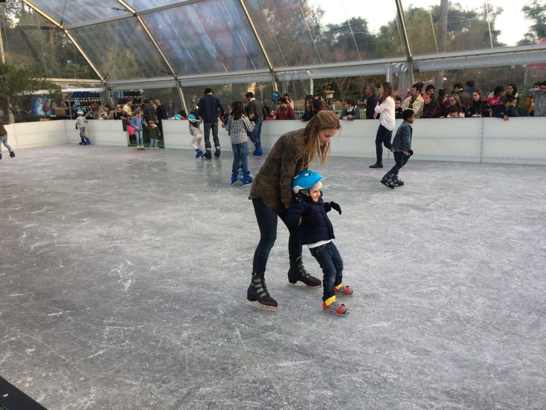 mãe e filha a patinarem no gelo
