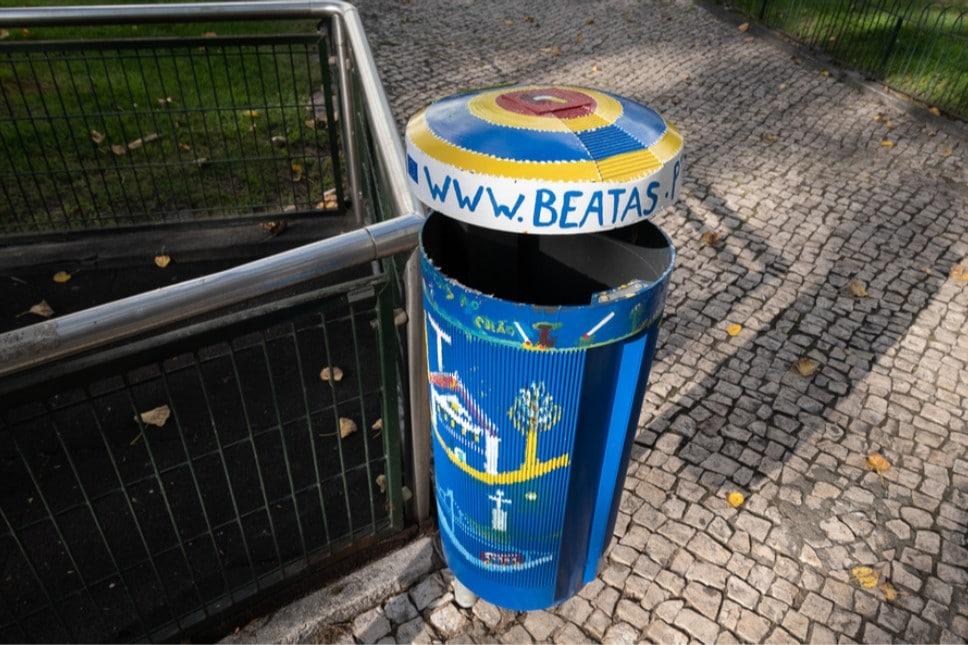 papeleiras com arte urbana na Penha de França
