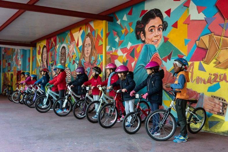 crianças a andar de bicicleta em Lisboa