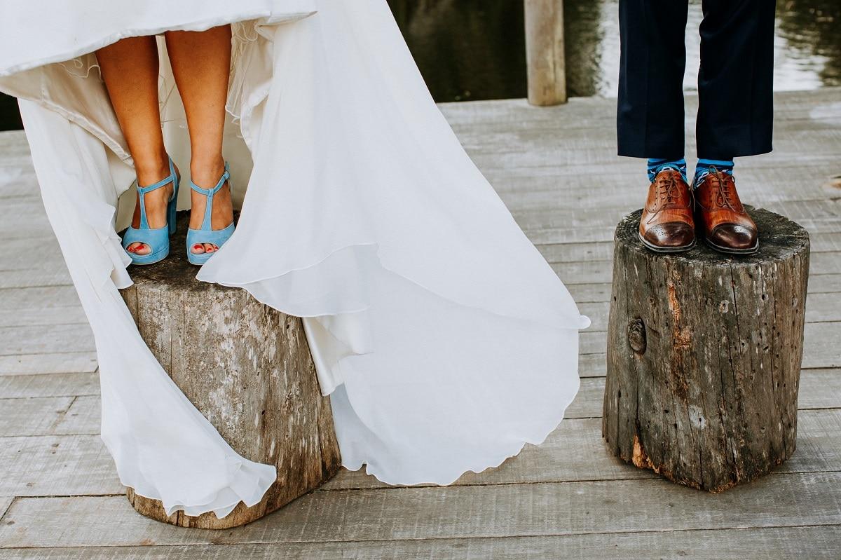 casal de casados em cima de tronco