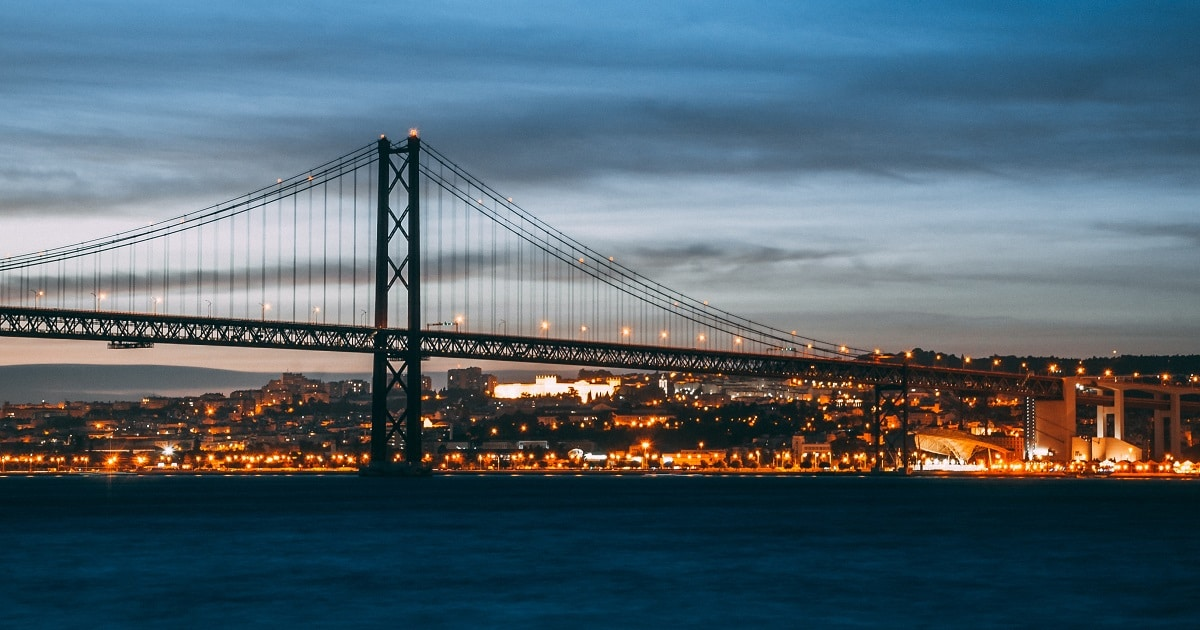 ponte 25 abril à noite