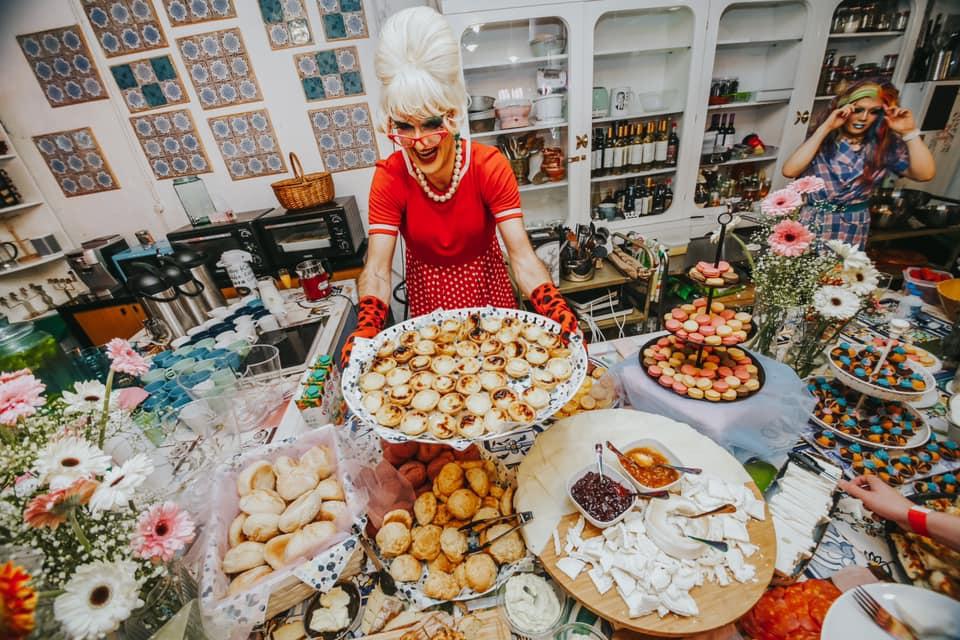 drag queen a servir comida no espaço Drag Taste na lx factory