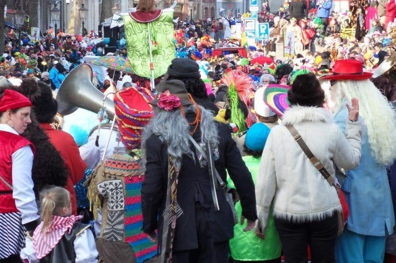 grupo de pessoas no carnaval