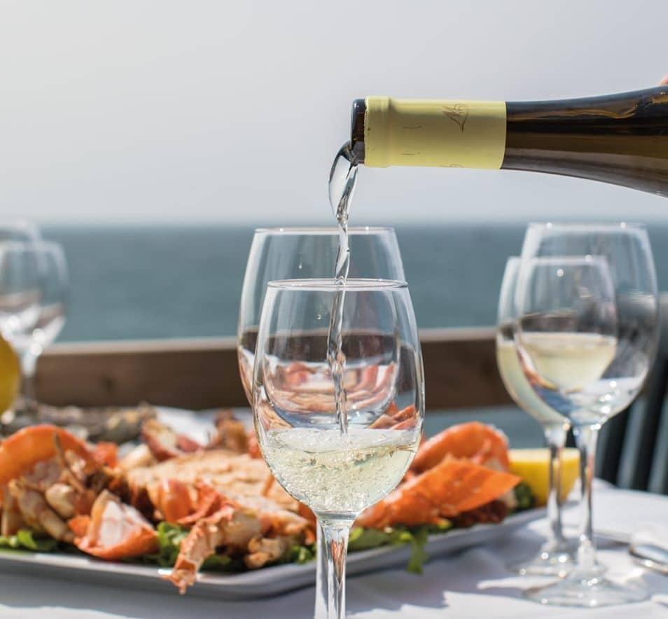 marisco e vinho branco no restaurante monte mar