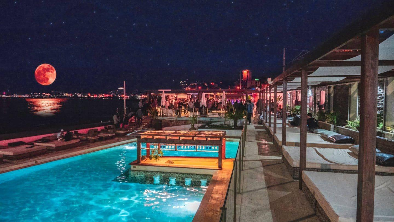 esplanada à noite do Reverse Pool & Beach Lounge