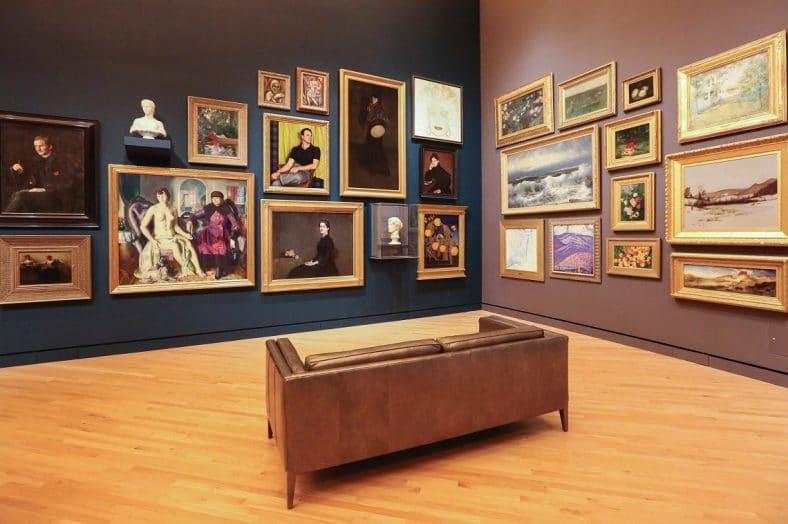 sala de museu com quadros