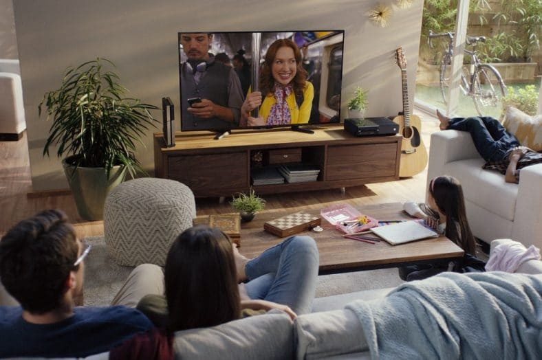 família na sala de estar a ver um filme na natflix
