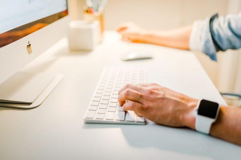 homem ao computador numa formação online