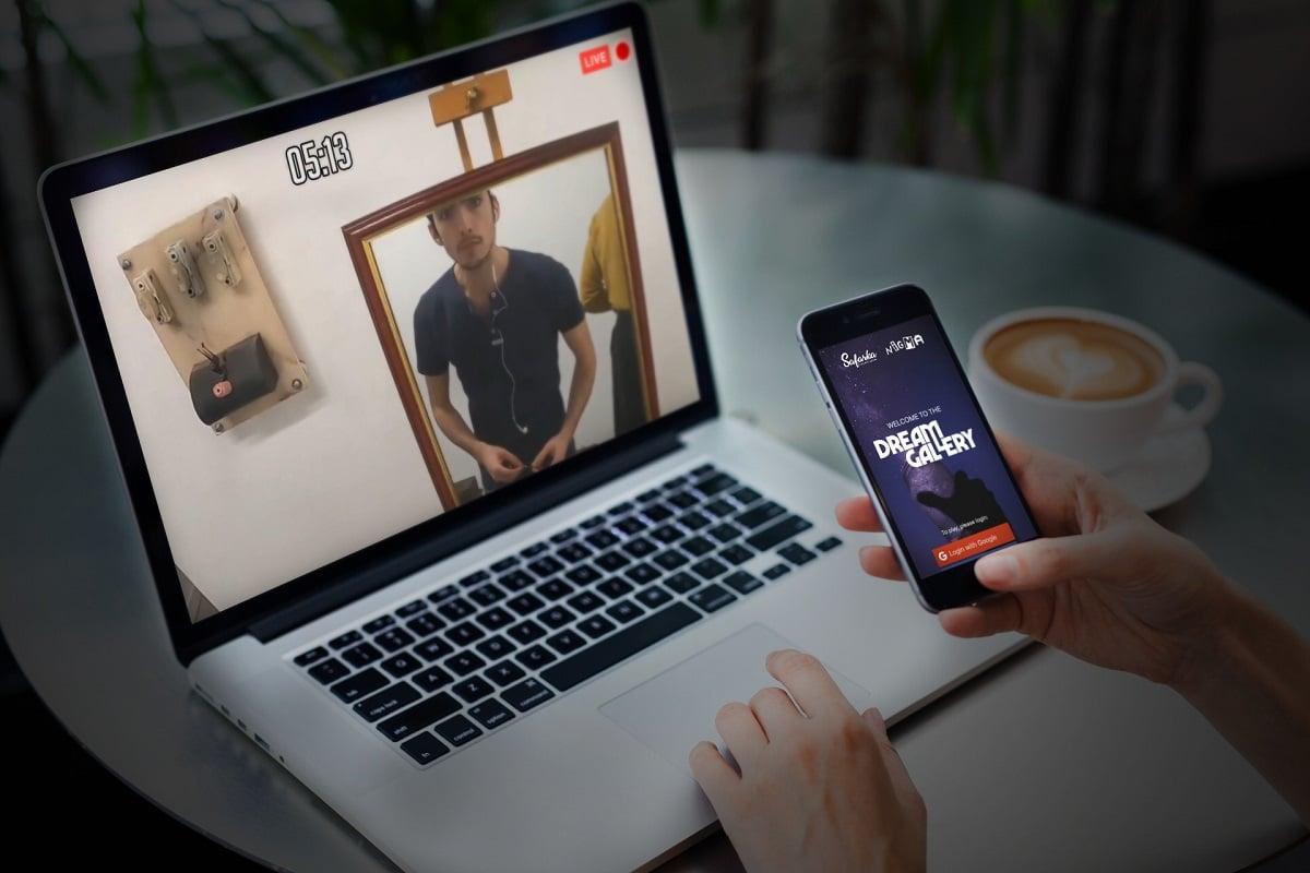 computador portátil e telemóvel com o escape room online dream gallery da safark