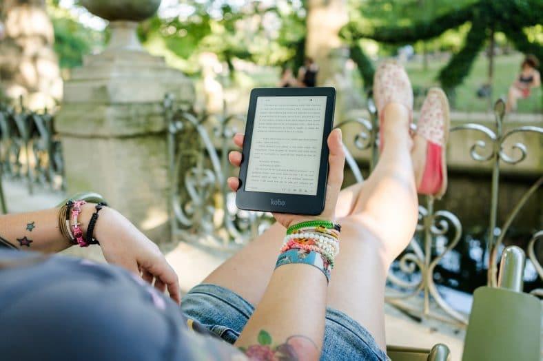 mulher a ler um ebook na varanda