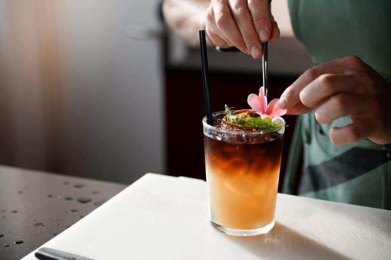 homem a preparar um cocktail