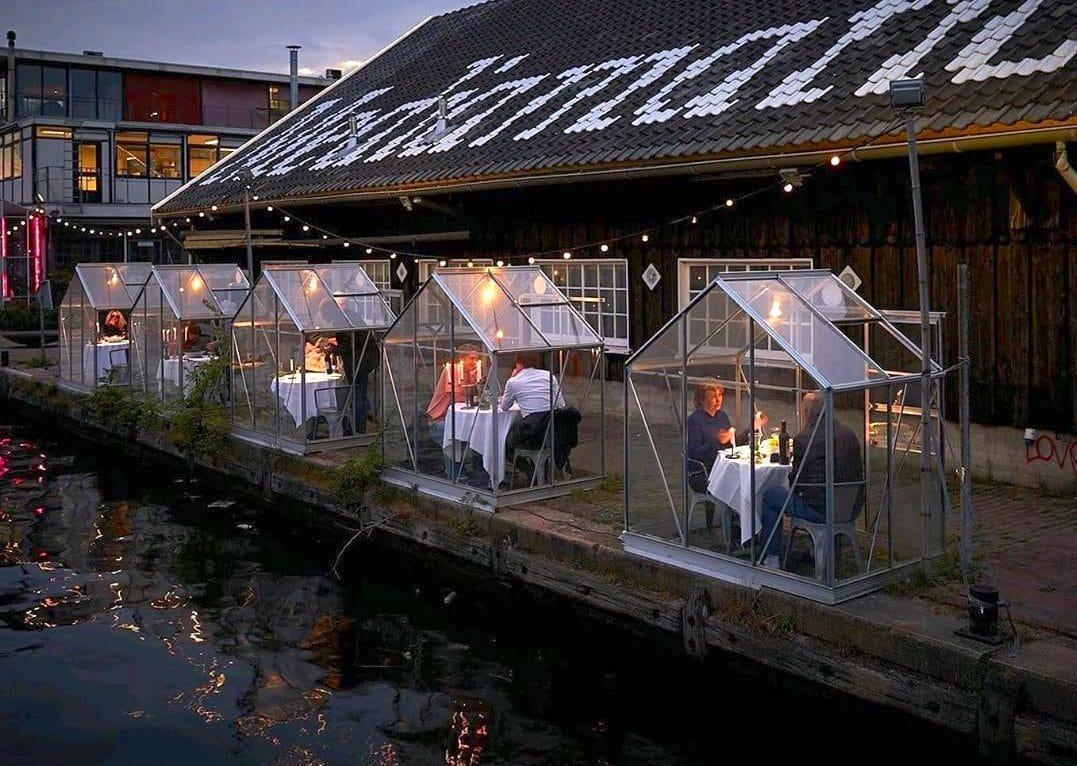 Restaurante em Amsterdão cria pequenas estufas para manter o distanciamento social