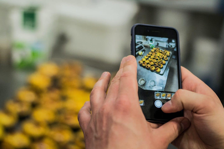 foto de telemóvel a uma fornada de pastéis de nata