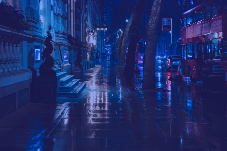 rua de londres com iluminação em tons de azul