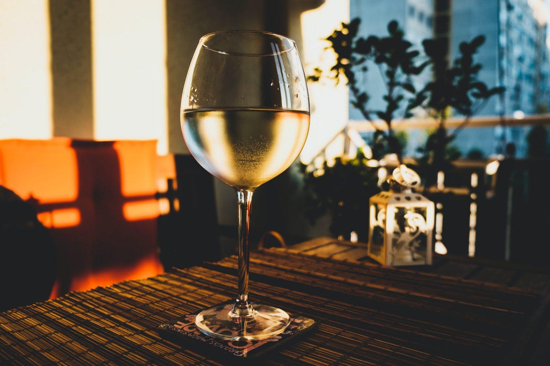 copo de vinho branco em cima de uma mesa