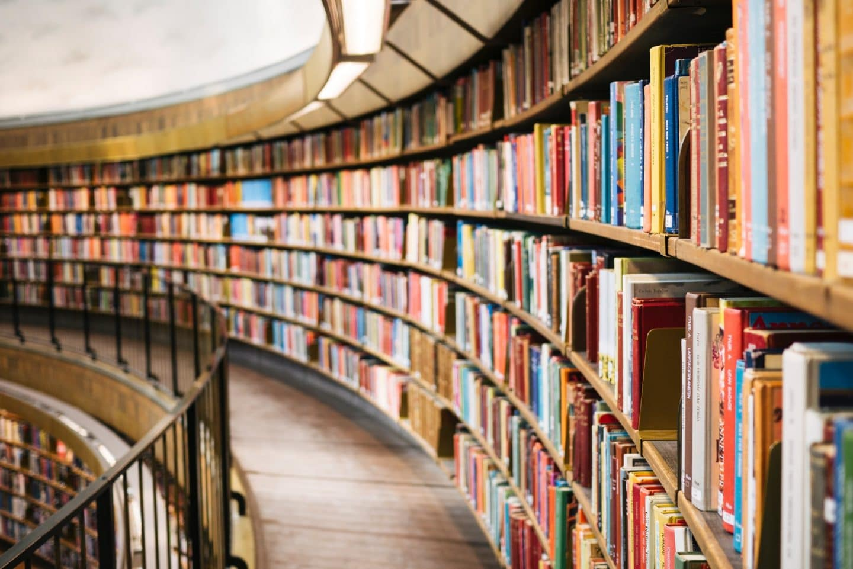 estantes de livros numa biblioteca