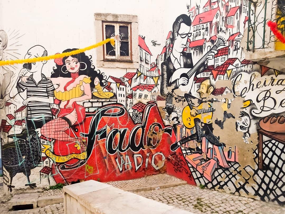 rua na mouraria com graffiti do fado vadio