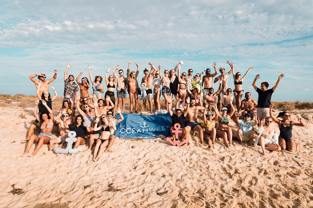 fotografia de grupo numa praia no algarve