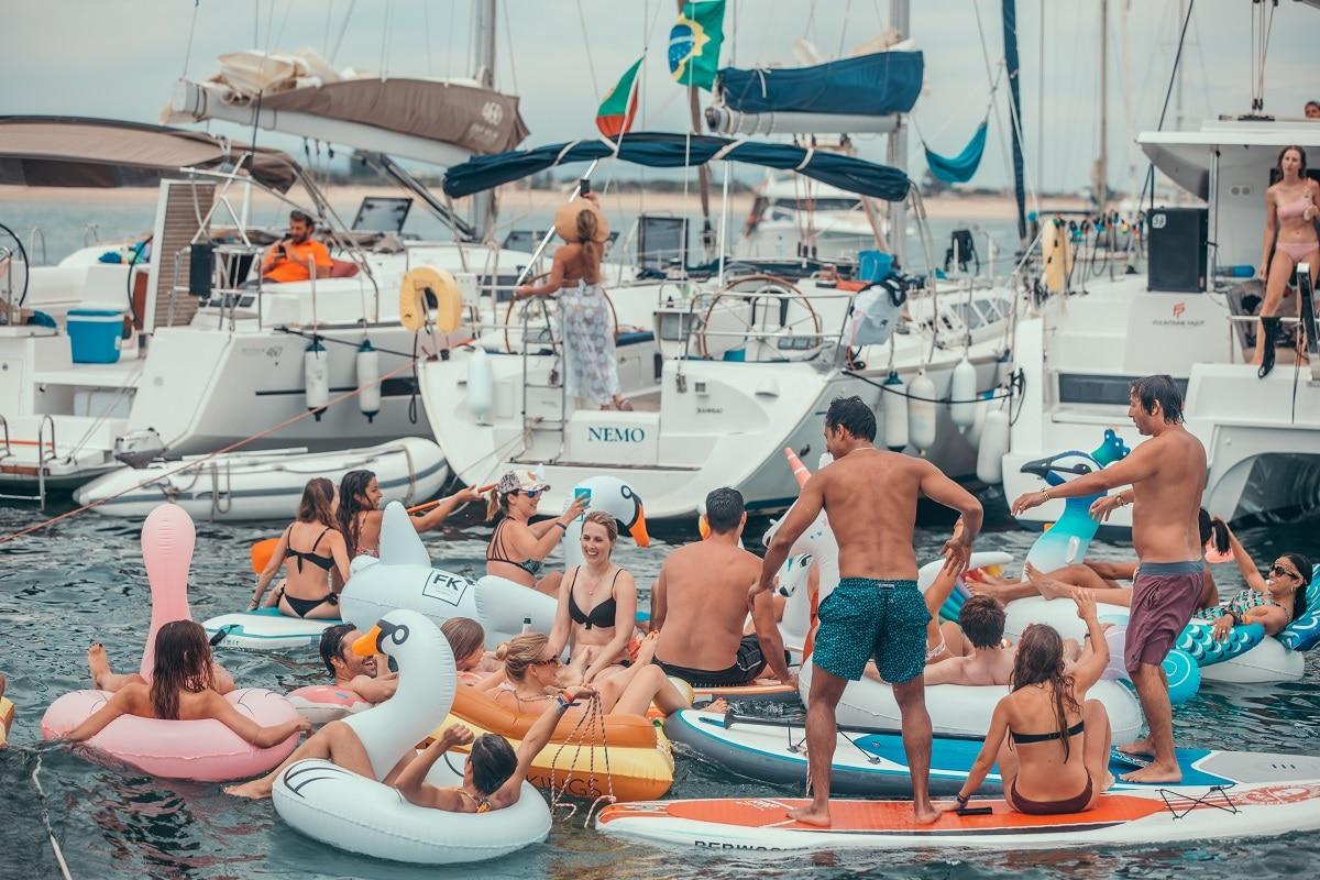 grupo de pessoas a divertir-se numa embarcação na costa algarvia