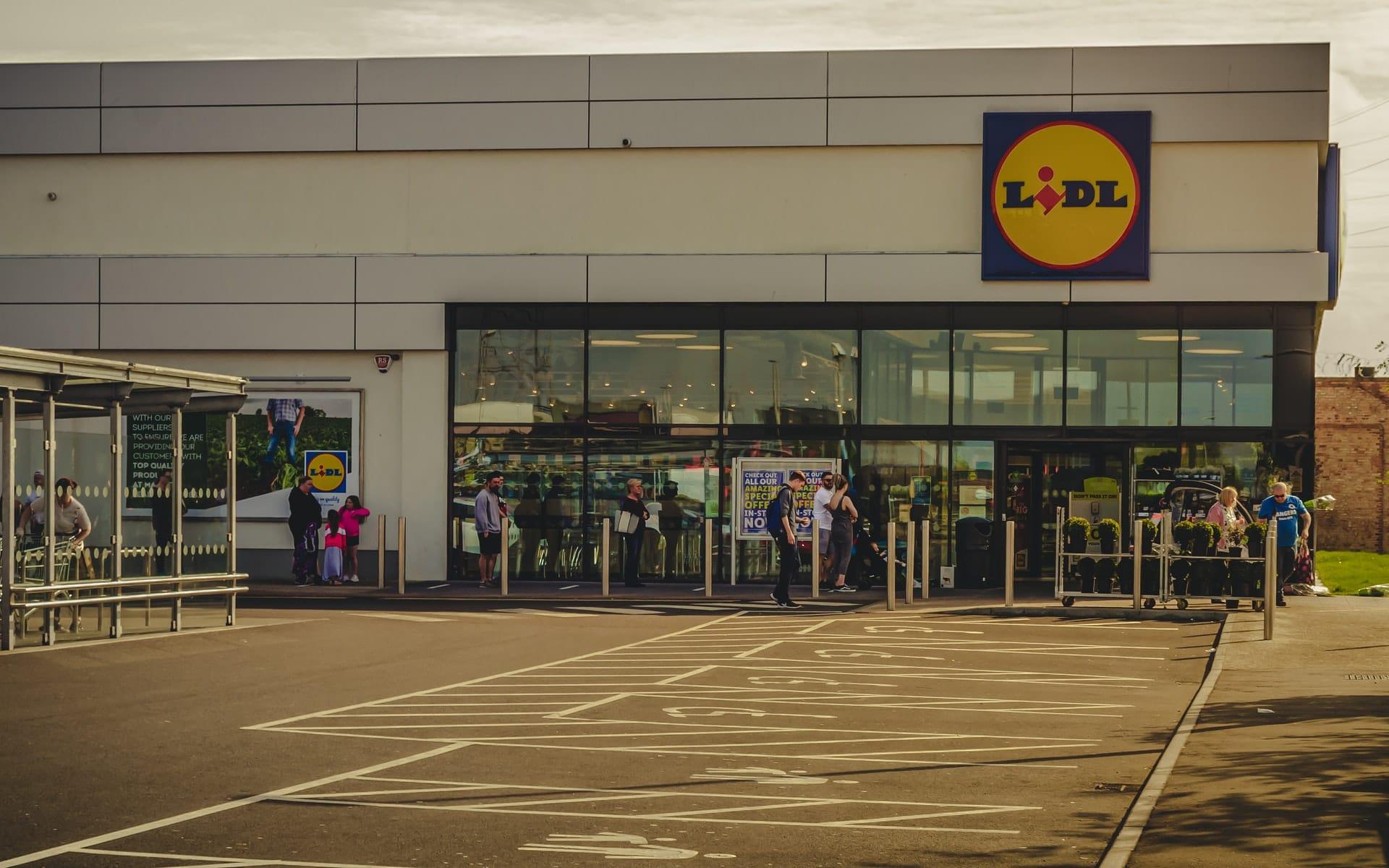fila de pessoas à porta de supermercado lidl
